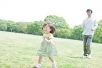 公園を走る笑顔の女の子