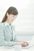 デスクワークのビジネスウーマン 10367001307| 写真素材・ストックフォト・画像・イラスト素材|アマナイメージズ