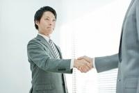 握手をする男性社員