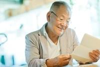 手紙を読むシニア男性