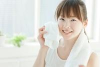 汗を拭く若い女性 10367001950| 写真素材・ストックフォト・画像・イラスト素材|アマナイメージズ