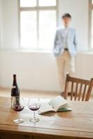 テーブルの上に置かれたワインボトルとグラス