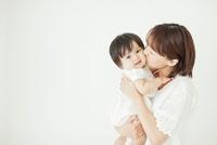 赤ちゃんを抱っこしてキスをする母親