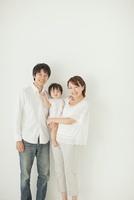 赤ちゃんを抱っこする笑顔の父親と母親