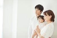 赤ちゃんを抱っこする父親と母親