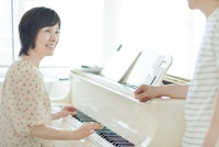ピアノを楽しむ中高年夫婦 10367002526| 写真素材・ストックフォト・画像・イラスト素材|アマナイメージズ