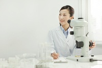 顕微鏡で観察する日本人女性研究者 10367002934| 写真素材・ストックフォト・画像・イラスト素材|アマナイメージズ