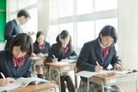 勉強を見て回る教師