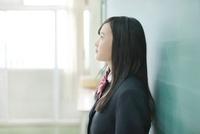 黒板の前に立つ女子校生