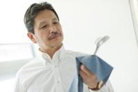 ゴルフクラブを磨くシニア男性 10367003446| 写真素材・ストックフォト・画像・イラスト素材|アマナイメージズ