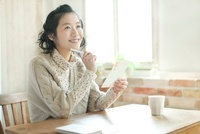 年賀状を書く若い女性