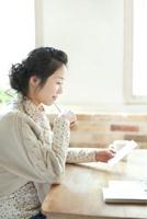 年賀状を書く若い女性 10367003740| 写真素材・ストックフォト・画像・イラスト素材|アマナイメージズ
