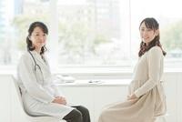 妊婦を診察する女性医師 10367004161  写真素材・ストックフォト・画像・イラスト素材 アマナイメージズ