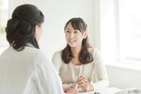 女性患者を診察する女性医師