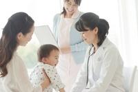 幼児を診察する女性医師