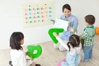 英語を学習する子どもたち