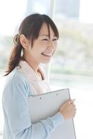 笑う日本人女性看護師
