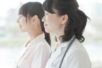 笑顔の女性医師と看護師