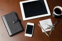 テーブルに置かれたタブレットPCとスマートフォン