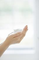 洗顔の泡を両手に持つスキンケアイメージ