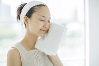 タオルで顔を拭くスキンケアイメージ