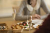 夕食のテーブルで話す若いカップル