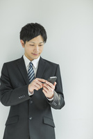 スマートフォンを操作するフレッシュマン 10367005502| 写真素材・ストックフォト・画像・イラスト素材|アマナイメージズ