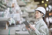タブレットPCで仕事をする女性社員