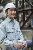 笑顔で握手をする男性社員 10367005682| 写真素材・ストックフォト・画像・イラスト素材|アマナイメージズ