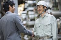 笑顔で握手をする男性社員