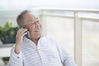 スマートフォンで通話をするシニア男性