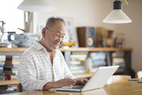 ノートパソコンをするシニア男性