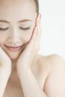 両手で顔を包み込む女性のスキンケアイメージ 10367005879| 写真素材・ストックフォト・画像・イラスト素材|アマナイメージズ