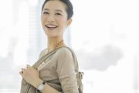 笑顔のビジネスウーマン 10367006004| 写真素材・ストックフォト・画像・イラスト素材|アマナイメージズ