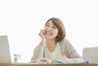 部屋で勉強をする若い女性