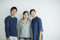 家族三人のポートレート 10367006178| 写真素材・ストックフォト・画像・イラスト素材|アマナイメージズ