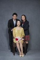 カーネーションの花を持つ母に寄り添う父娘 10367006190| 写真素材・ストックフォト・画像・イラスト素材|アマナイメージズ