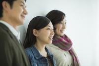 日本人3人家族 10367006235| 写真素材・ストックフォト・画像・イラスト素材|アマナイメージズ