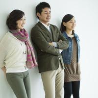 日本人3人家族 10367006239| 写真素材・ストックフォト・画像・イラスト素材|アマナイメージズ