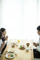 朝食前に手を合わせる家族 10367006254| 写真素材・ストックフォト・画像・イラスト素材|アマナイメージズ