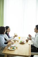 朝食中に会話をする家族