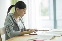 タブレットPCで勉強をする女子学生