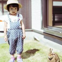 庭に立つ女の子とウサギ