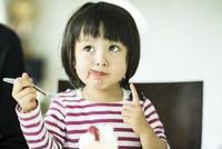頬っぺたについたクリームを舐める女の子 10367006371| 写真素材・ストックフォト・画像・イラスト素材|アマナイメージズ