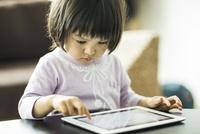 タブレットPCで遊ぶ女の子