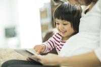 タブレットPCで遊ぶ親子 10367006380| 写真素材・ストックフォト・画像・イラスト素材|アマナイメージズ