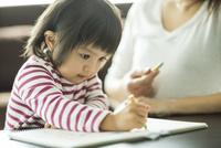 お絵描きをする親子 10367006392| 写真素材・ストックフォト・画像・イラスト素材|アマナイメージズ