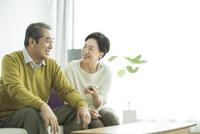 スマートフォンを持って笑顔のシニア夫婦 10367006586| 写真素材・ストックフォト・画像・イラスト素材|アマナイメージズ