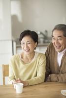 笑顔のシニア夫婦 10367006637| 写真素材・ストックフォト・画像・イラスト素材|アマナイメージズ