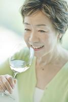 テーブルでワインを飲む中高年女性